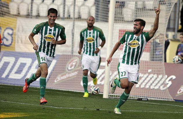 Zleva obránce Bohemians Michal Šmíd, útočník Ivan Lietava a střelec gólu Martin Cseh se radují z gólu.