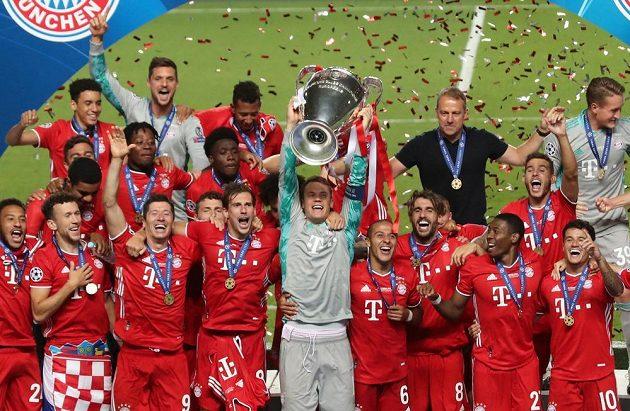 Hráči Bayernu slaví triumf v Lize mistrů, v Lisabonu porazili 1:0 PSG.