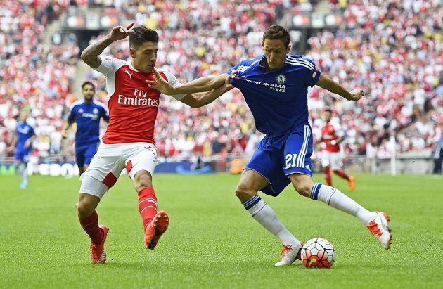 Hector Bellerin z Arsenalu (vlevo) se snaží zabránit v centrování Nemanjovi Matičovi z Chelsea.