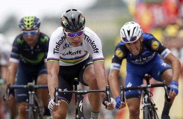Slovák Peter Sagan v cíli druhé etapy, vpravo je v neděli druhý Julian Alaphilippe.