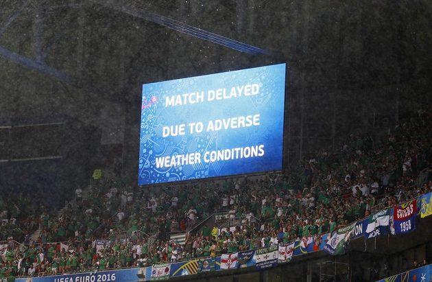 Světlená tabule na stadiónu v Lyonu oznamuje, že utkání Ukrajiny se Severním Irskem je kvůli nepřízni počasí přerušeno.