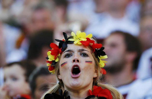 Fanynka povzbuzuje německé fotbalisty během finále MS.