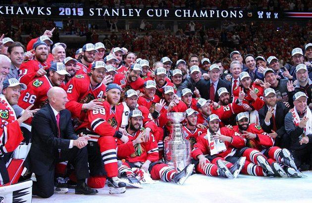 Slavnostní chvilka - focení s nejcennějším pohárem v hokeji vůbec.