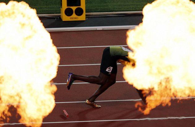 Ohňostroj na počest nejlepších, ale Jamajčan Usain Bolt padá ve finále štafety 4x100 m.