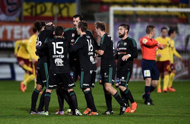 Fotbalisté Příbrami oslavují vedoucí gól během utkání osmifinále Poháru FAČR se Spartou.
