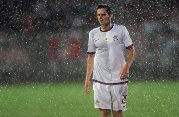 Sparťanský obránce Mario Holek během duelu v Brně za vydatného deště.