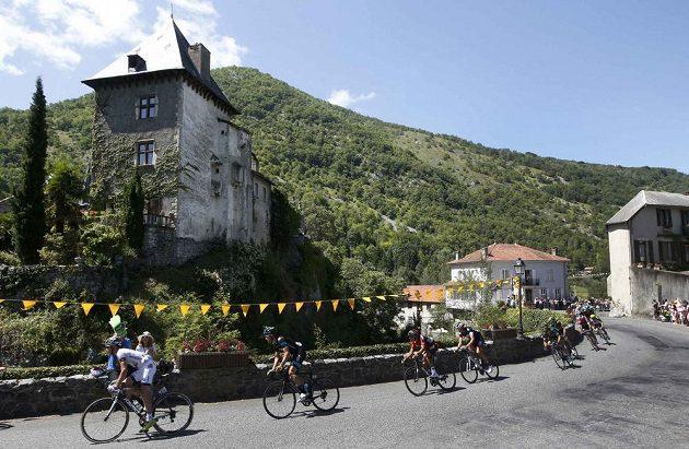 Cyklisté na trati 16. etapy Tour de France.