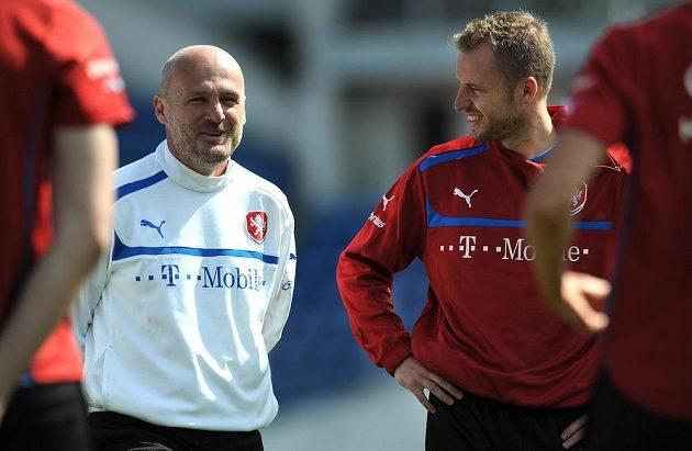 Trenér fotbalové reprezentace Michal Bílek (vlevo) a obránce Michal Kadlec během prvního tréninku před kvalifikačním zápasem s Itálií.