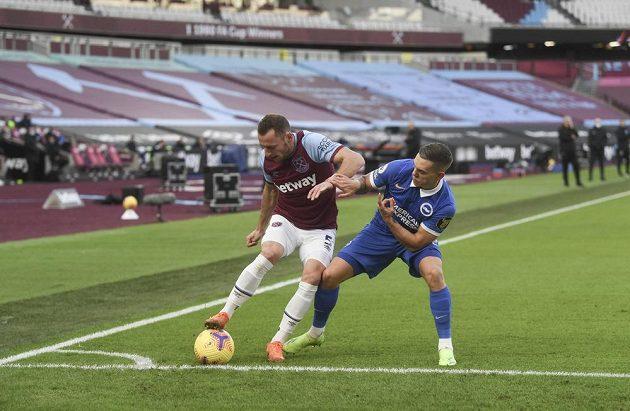 Vladimír Coufal v obranné práci v zápase proti Brightonu