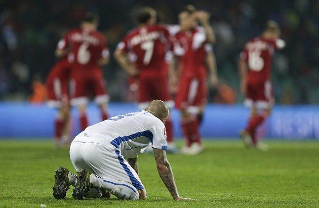 Martin Škrtel sleduje slavící běloruské fotbalisty, kteří v Žilině senzačně zvítězili 1:0.
