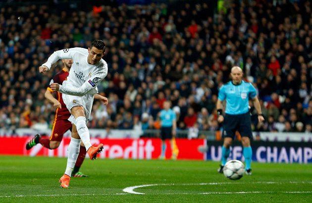 Cristiano Ronaldo pálí na branku AS Řím v odvetném utkání osmifinále Ligy mistrů.