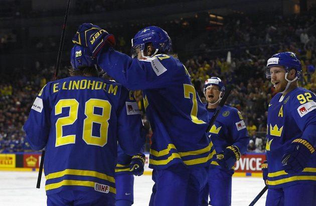 Švédský střelec Elias Lindholm slaví se spoluhráči gól v síti USA během utkání mistrovství světa v Kolíně nad Rýnem.