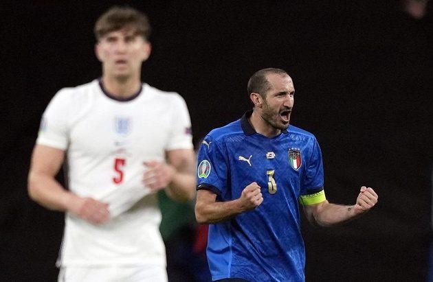 Ital Giorgio Chiellini (3) se raduje po gólu Leonarda Bonucciho.