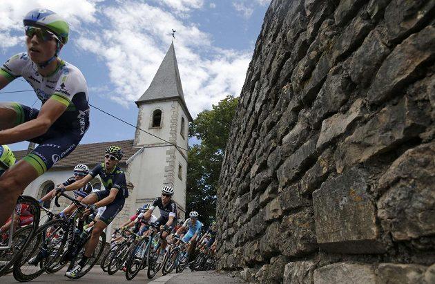 Cyklisté na trati jedenácté etapy Tour de France mezi městy Besancon a Oyonnax.
