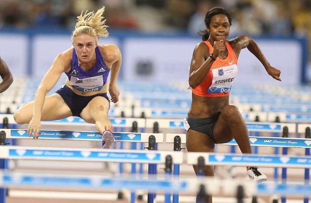 Američanka Jasmin Stowersová (vpravo) během závodu Diamantové ligy na 100 metrů překážek.