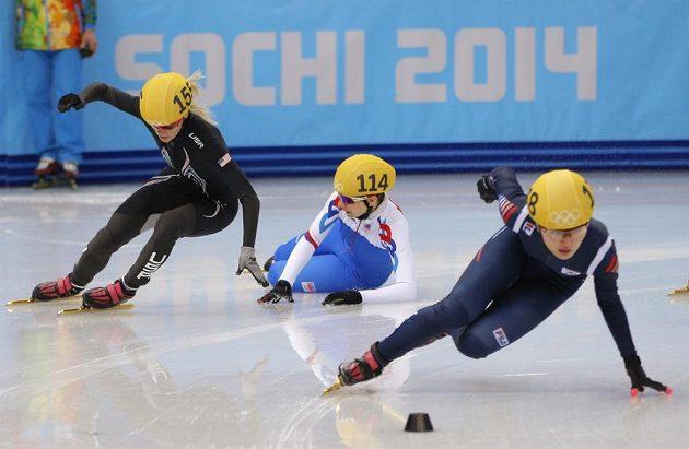 Kateřina Novotná už leží, Američanka Emily Scottová (vlevo) souboj v rozjížďce na 1000 m ustála, vpředu ujíždí Korejka Park Seung-hi.