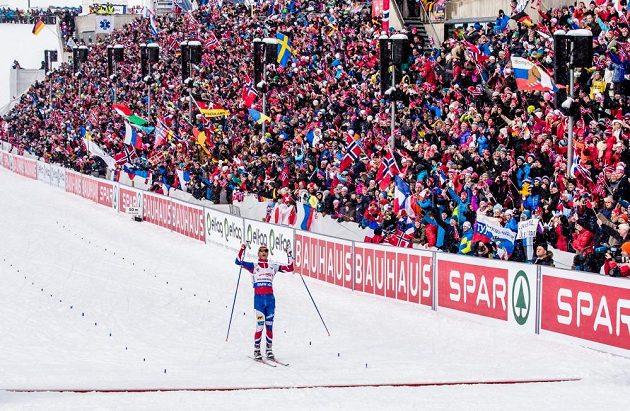 Domácí závodník a biatlonová legenda Ole Einar Björndalen dojíždí do cíle stíhacího závodu mužů na MS v Oslu.