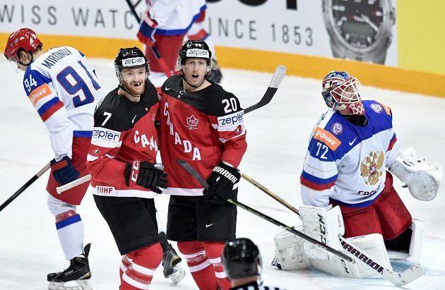 Hokejisté Kanady Sean Couturier (vlevo) a Cody Eakin oslavují první gól ve finále hokejového mistrovství světa proti Rusku.