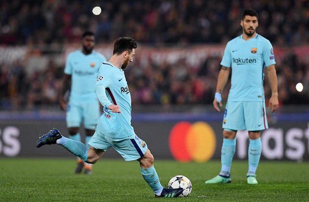 Barcelonský fotbalista Lionel Messi střílí z trestného kopu na branku AS Řím v odvetném čtvrtfinále Ligy mistrů.