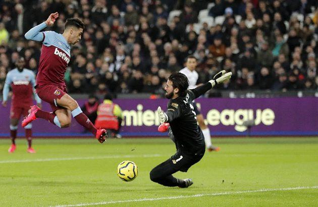 Brankář Liverpoolu Alisson likviduje šanci Manuela Lanziniho z West Hamu.