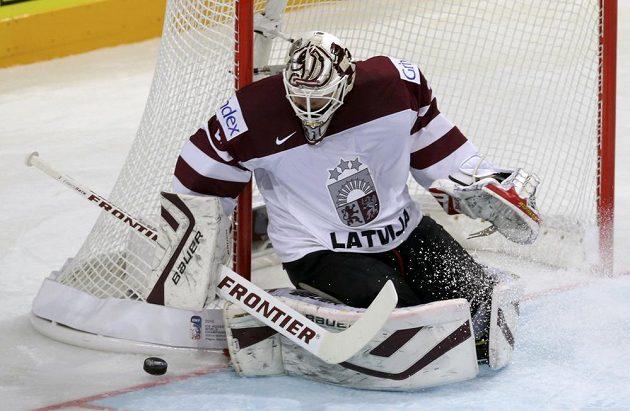Lotyšský brankář Edgars Masalskis v akci.