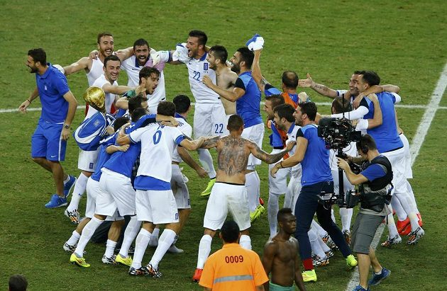 Řekové slaví postup do osmifinále.
