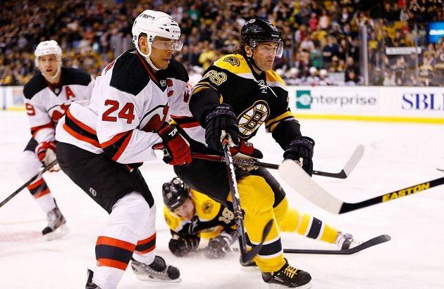 Bryce Salvador z New Jersey Devils (vlevo) bojuje o kotouč s Jaromírem Jágrem.