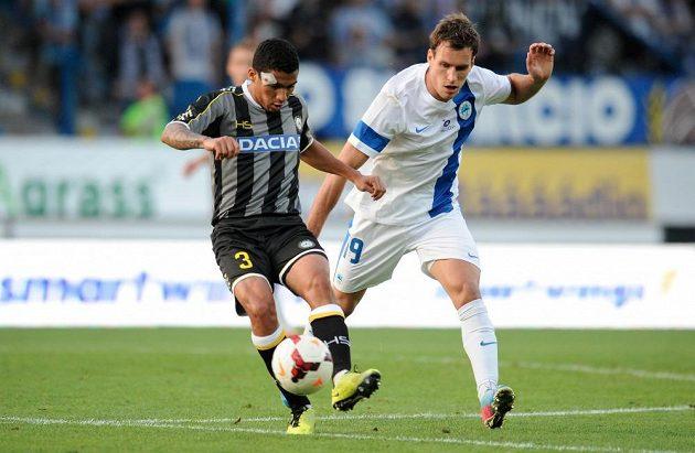 Allan Marques Loureiro (vlevo) z Udinese Calcio a Michael Rabušic z Liberce v odvetě play off Evropské ligy.