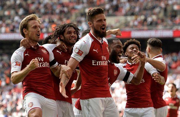 Radost fotbalistů Arsenalu poté, co Olivier Giroud (uprostřed) proměnil rozhodující penaltu v utkání Supepoháru s Chelsea.