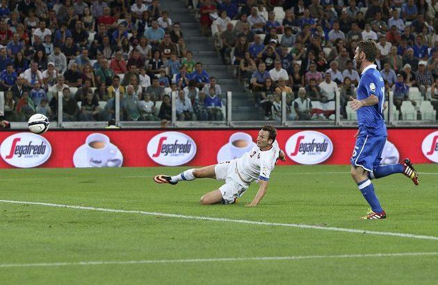 Libor Kozák střílí gól do italské sítě. Vpravo přihlíží Daniele De Rossi.