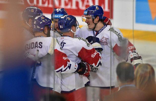 Čeští reprezentanti se radují z prvního gólu proti Švédsku.