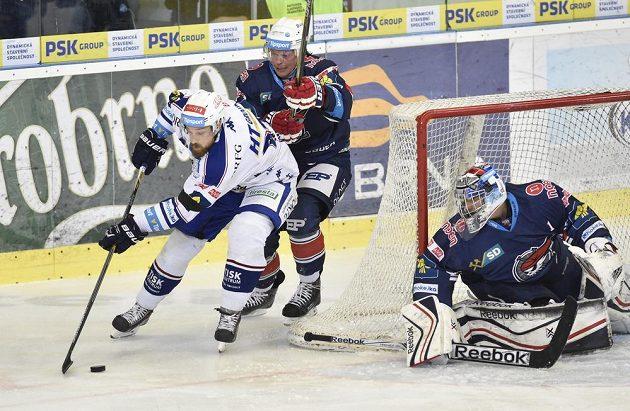 (Zleva) Jakub Koreis z Komety, Sergej Pereťagin z Chomutova a chomutovský brankář Miroslav Kopřiva v utkání 36. kola hokejové extraligy.