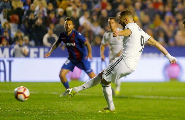 Karim Benzema střílí z penalty první gól do sítě Levante ve španělské lize.