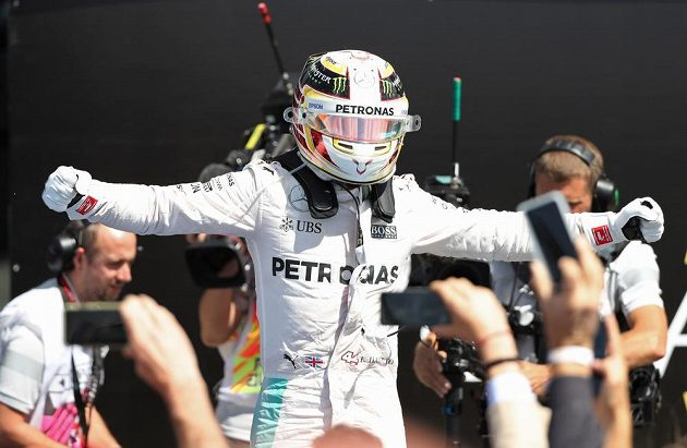 Lewis Hamilton oslavuje triumf ve Velké ceně Británie.