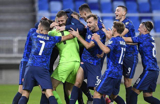Fotbalisté Slovenska se radují z vítězství po penaltovém rozstřelu