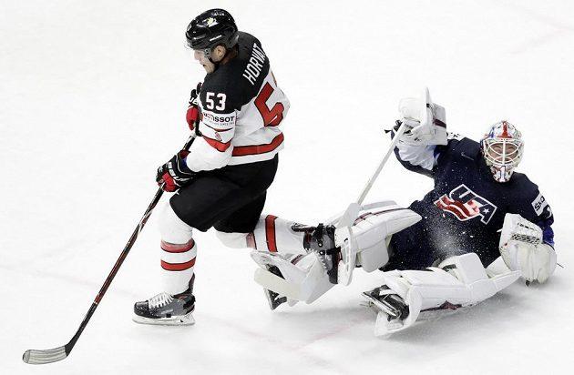 Bo Horvat z Kanady v souboji s kanadským gólmanem Keithem Kinkaidem během utkání o bronz na MS.