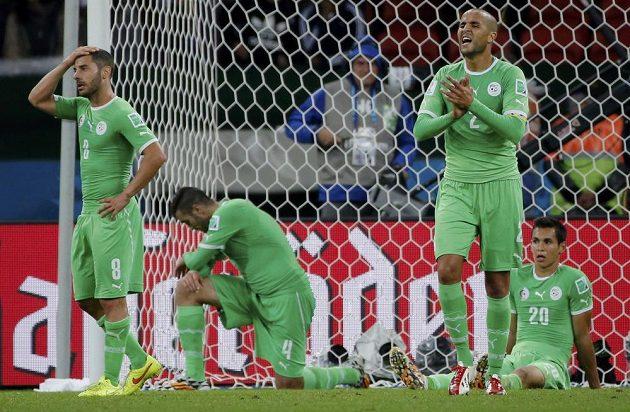 Zklamaní hráči Alžírska - s Němci bojovali až do prodloužení, pak ale těsně prohráli a na MS končí.