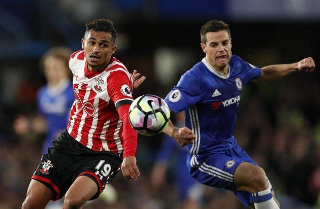 Sofiane Boufal (vlevo) ze Southamptonu bojuje o míč s Cesarem Azpilicuetou z Chelsea.