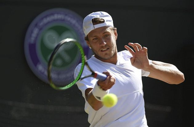 Francouzský tenista Lucas Pouille během zápasu s Tomášem Berdychem.