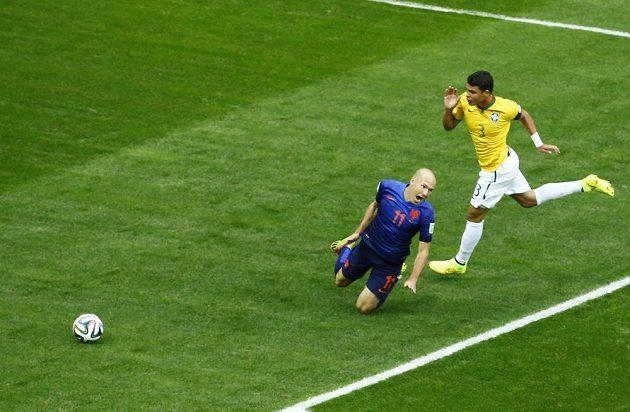 Arjen Robben se kácí na trávník po zákroku Thiaga Silvy.