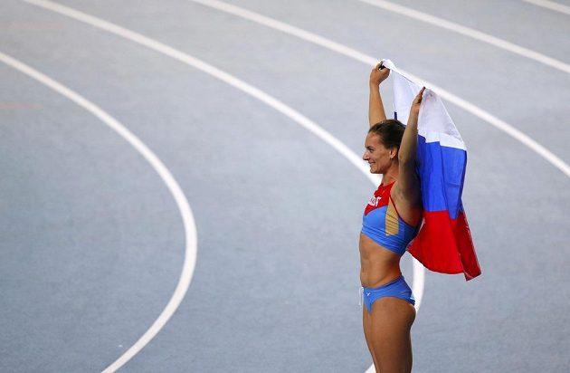 Mistryně světa Jelena Isinbajevová pózuje fotografům s vlajkou své země.