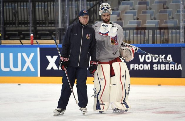 Trenér brankářů Martin Prusek (vlevo) a Alexander Salák během tréninku české reprezentace v O2 areně den před začátkem MS.