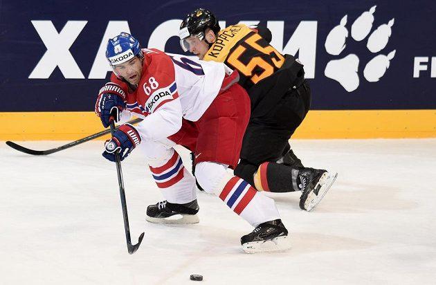 Jaromír Jágr a Němec Patrick Koppchen během utkání hokejového mistrovství světa.