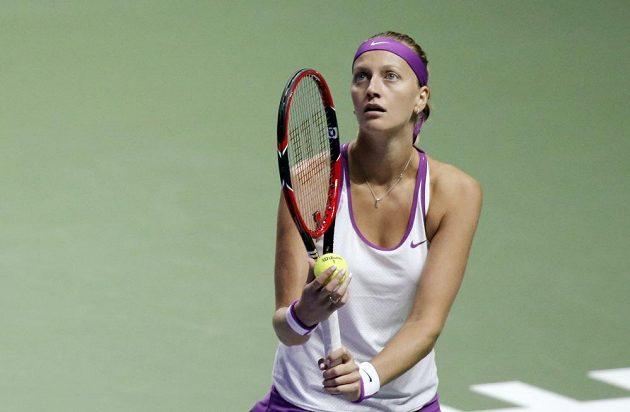 Petra Kvitová se připravuje na podání v zápase proti Lucii Šafářové.