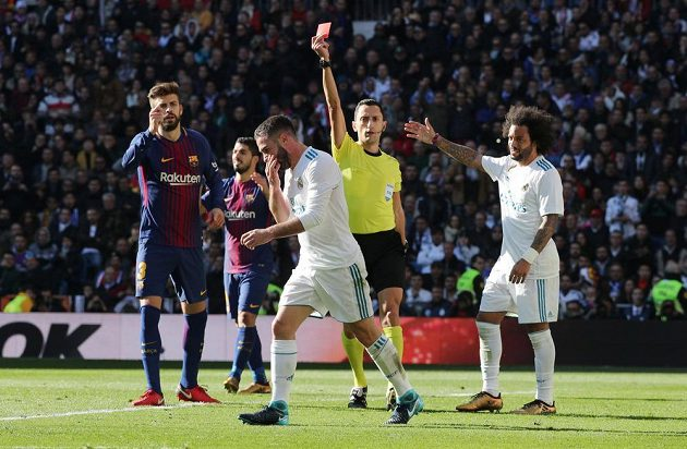 Rozhodčí Sánchez ukazuje Carvajalovi z Realu červenou kartu. Vpravo jeho spoluhráč Marcelo, vlevo Gerard Piqué z Barcelony.