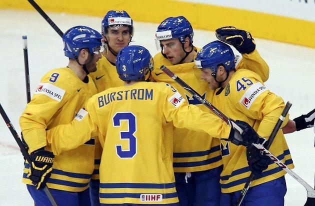 Švédský hokejista Joakim Lindström (druhý zprava) slaví se spoluhráči gól proti české reprezentaci.