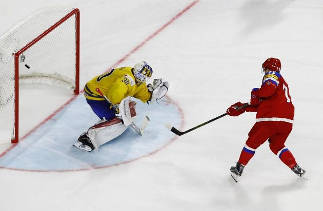 Ruský střelec Arťjom Panarin střílí gól do sítě Švédska ze samostatného nájezdu. Tím rozhodl o vítězství Ruska v zahajovacím utkání mistrovství světa.