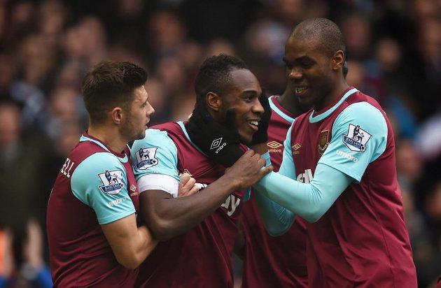 Michail Antonio (uuprostřed) z týmu West Ham United oslavuje se spoluhráči gól v síti Sunderlandu.
