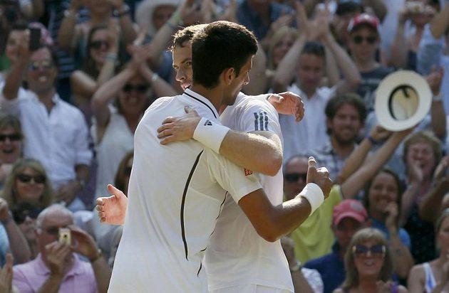Novak Djokovič gratuluje Andymu Murraymu k vítězství ve finále Wimbledonu.