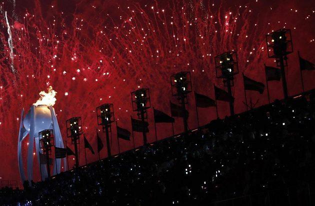 Ohňostroj po slavnostním zapálení olympijského plamenu v Jižní Koreji.